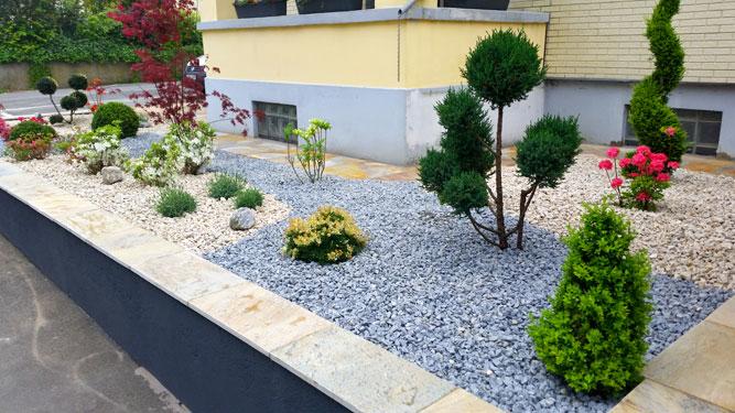 Garten mit exotischer Gestaltung   Terrasse mit Natursteinen